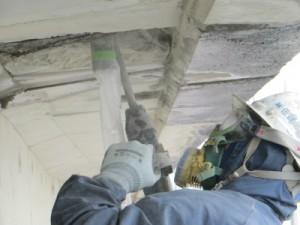 通常は刷毛を持っての仕事。 橋梁補修工事の現場はハツリ作業もあり、起用に使いこなします。