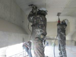 コンクリートの劣化箇所をハツリ除去中